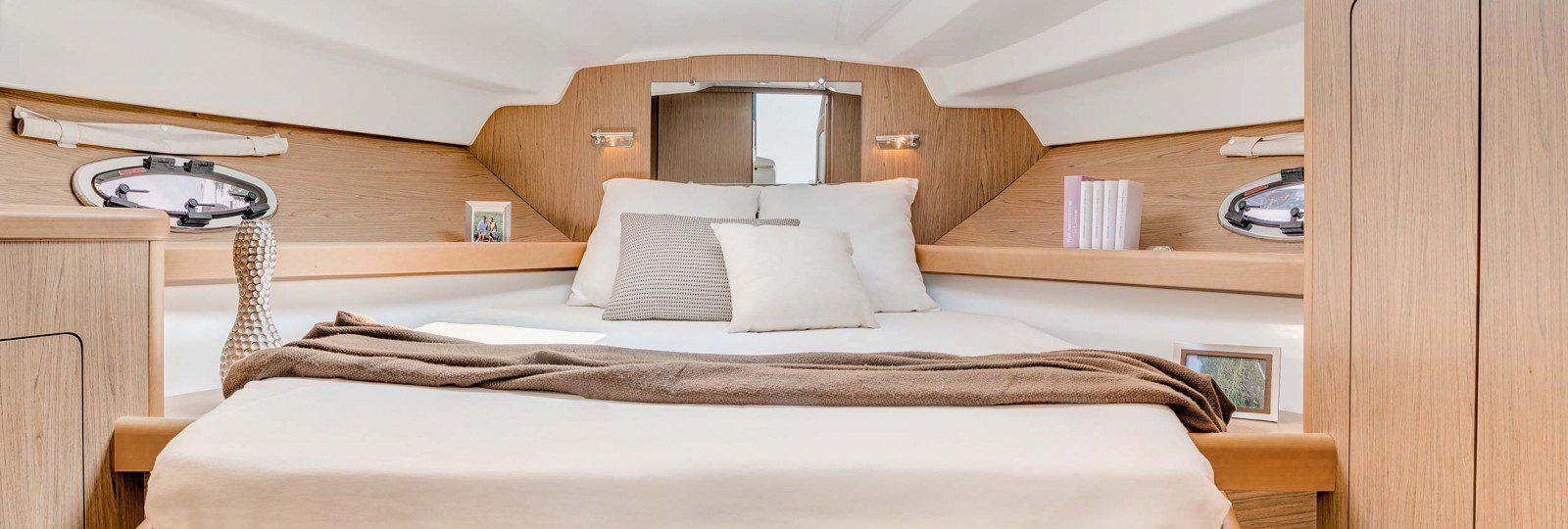 Beneteau Antares 30 master cabin