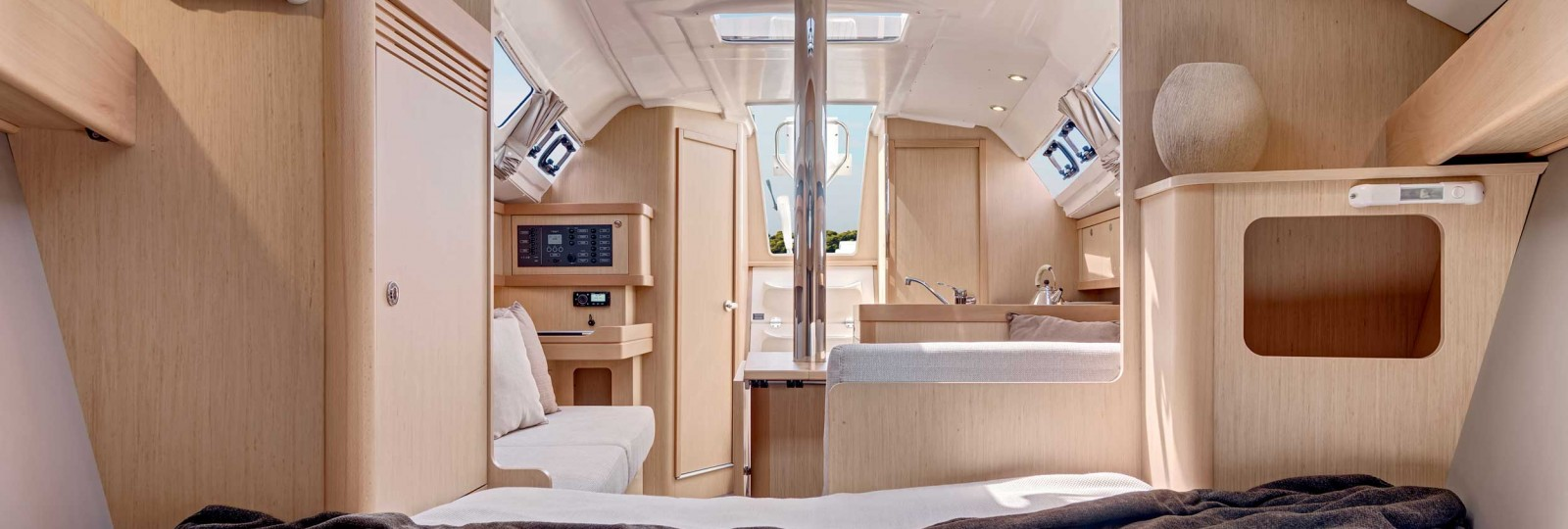 Beneteau Oceanis 31 saloon from main cabin