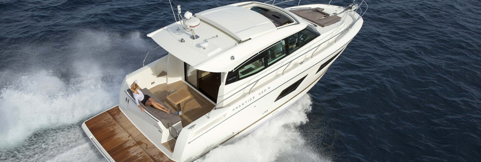 Prestige Coupe 420 Yacht running