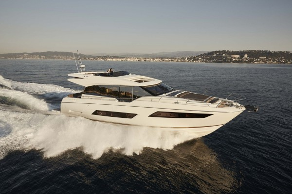 Prestige Yachts 680S running